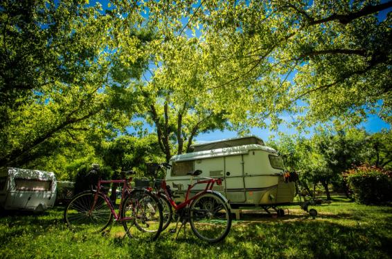 Séjourner dans un camping en bord de rivière pour des vacances dans le Gard