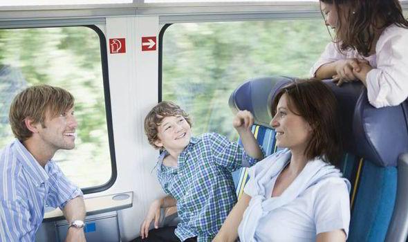 Des jeux pendant un voyage en train en famille